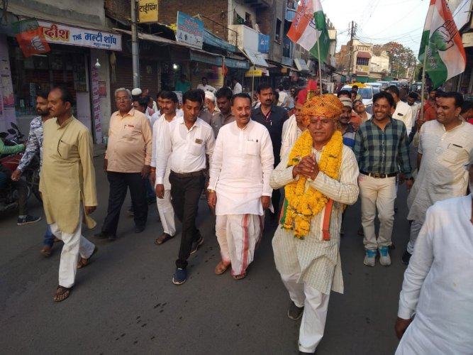 Tipaniya, on the other hand, breaks into a song on demand in the street. His meetings are attended by many women who have taken a liking to his devotional songs. He appeals for votes in between the songs. DH photo