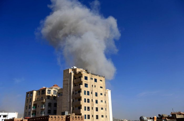 Smoke billows following an air strike in the Yemeni capital Sanaa on May 16, 2019. - Saudi-led coalition warplanes struck Yemeni rebel targets, including in the capital Sanaa, today two days after the insurgents claimed drone strikes that shut a key oil p