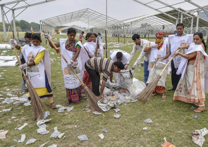 Kolkata: BJP supporters participate in 'Swachh Bharat Abhiyaan' at Brigade parade ground, a day after PM Narendra Modi's election campaign rally, in Kolkata,Thursday, April 04, 2019. (Photo PTI)