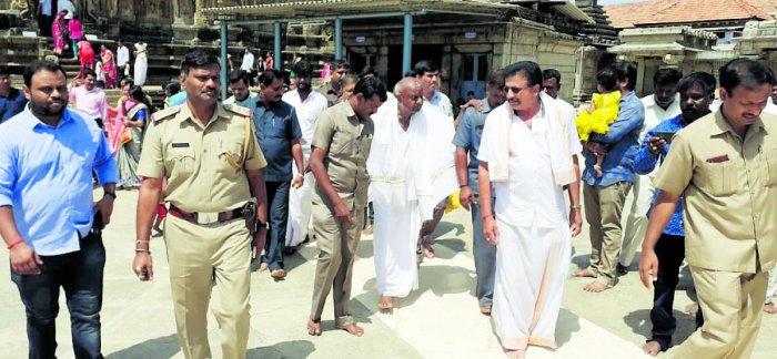Former Prime Minister H D Deve Gowda visited the Sringeri temple on Thursday.