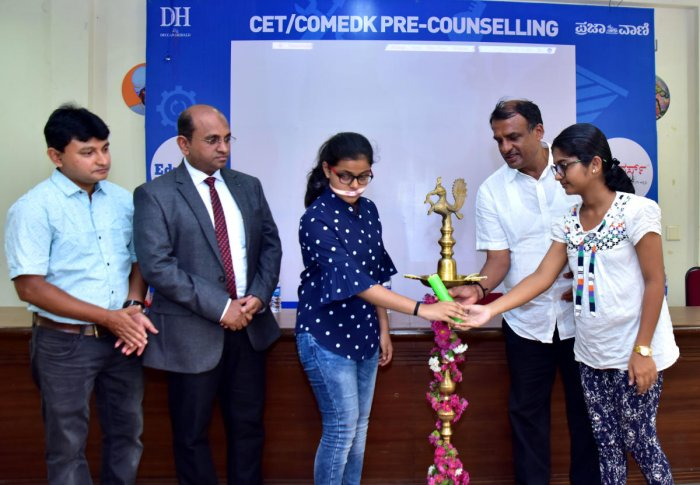 Chairman of Bhandary Foundation Dr Manjunath Bhandary along with two students inaugurate Eduverse, the 11th edition of Jnana Degula-2019, a CET/COMEDK pre-counselling programme, organised by Deccan Herald and its sister publication Prajavani.