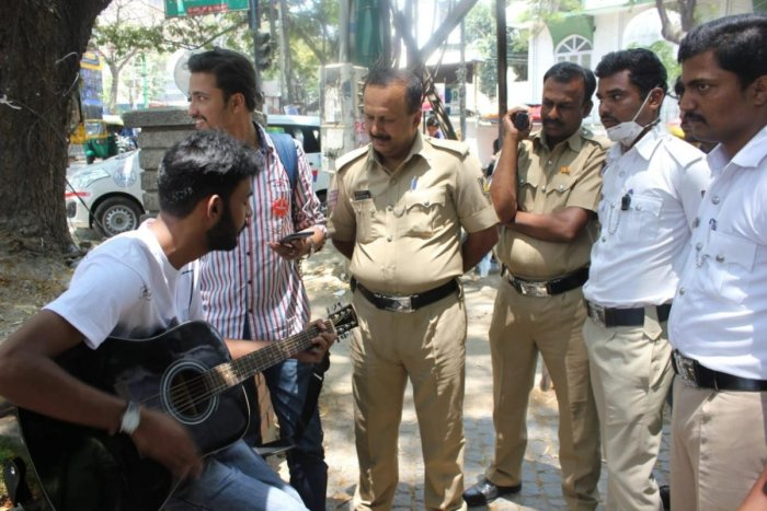 Volunteers played musical instruments to entertain the traffic policemen as a mark of gratitude for their service last year.