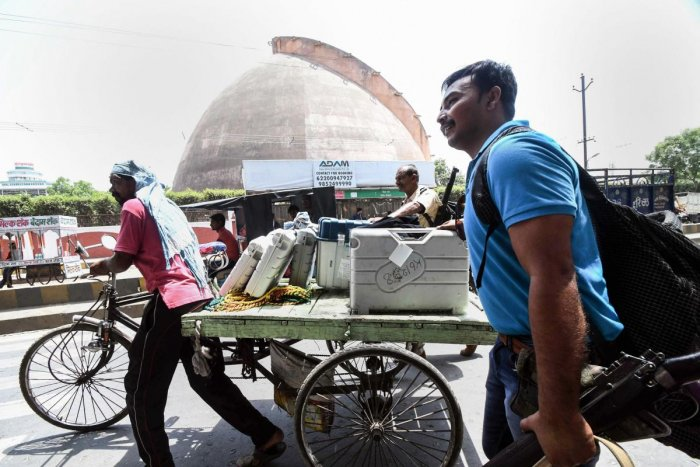 Patna: A worker carries Electronic Voting Machines (EVM) and VVPAT machines on the eve of seventh and last phase of Lok Sabha polls, in Patna, Saturday, May 18, 2019. (Photo PTI)