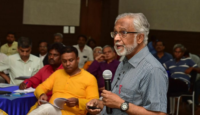 Former IAS officer V Balasubramanian speaks at a seminar 'Governing Bangalore Metropolis' on Saturday. DH PHOTO/RANJU P