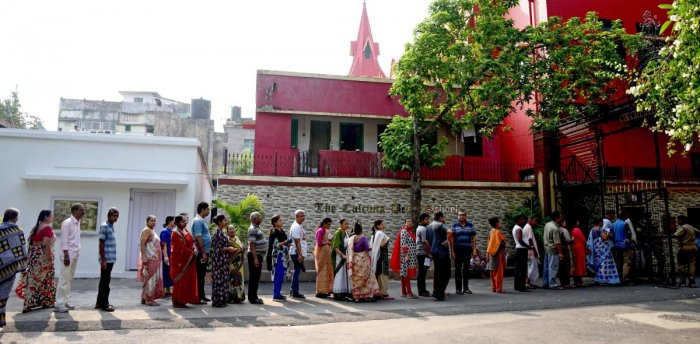 Indian voters queue to cast their votes at the Calcutta Boy's School in Kolkata on May 19, 2019, during the 7th and final phase of India's general election. (Photo by AFP)