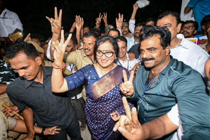 Independent candidate Sumalatha Ambareesh flashes the victory sign after defeating JD(S) candidate Nikhil Kumaraswamy, son of Chief Minister H D Kumaraswamy, in the Mandya Lok Sabha seat on May 23, 2019. PTI