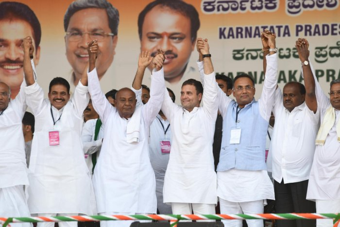Congress president Rahul Gandhi seen with former Prime Minister and JDS Supremo, HD Deve Gowda, CM HD Kumaraswamy, Congress leaders Siddaramaiah, KC Venugopal and others. (Photo TPML)
