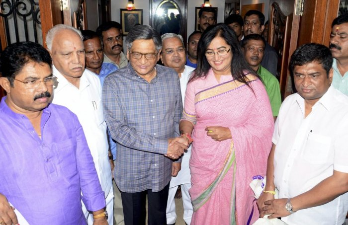 Bengaluru: Newly-elected Mandya MP, Sumalatha Ambareesh, meets BJP state president BS Yeddyurappa and senior leader SM Krishna, in Bengaluru, Sunday, May 26, 2019. Ambareesh is the first ever woman independent MP elected in Karnataka. (PTI Photo)