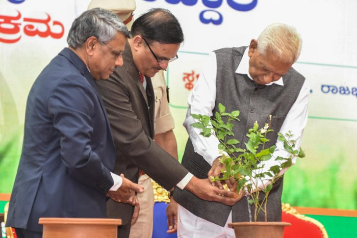 He was speaking at the 'Namma Kasa Namma Javabdari' event jointly organised by the BBMP and Karnataka State Pollution Control Board at the Raj Bhavan. (DH Photo)