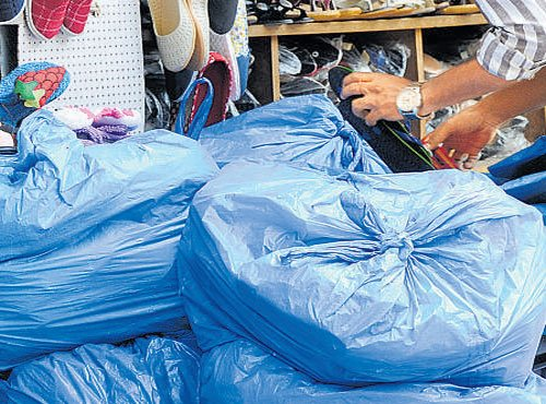 Palike officials seize banned plastic