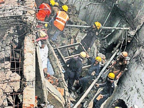 Fire in plastic factory kills 1, injures 3 firemen