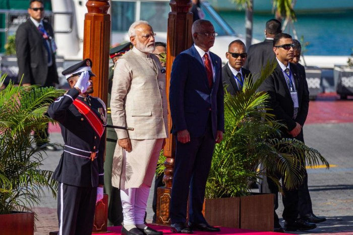 Indian Prime Minister Narendra Modi (L) stands next to Maldives' President Ibrahim Mohamed Solih during a welcome ceremony at Republic square in Maldive's capital Male on June 8, 2019. - Indian leader Narendra Modi inaugurated a coastal radar system and m
