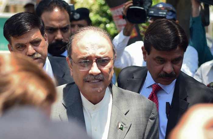Former Pakistani President and the co-chairperson of Pakistan People's Party (PPP) Asif Ali Zardari (2L) arrives for his bail appeal at Islamabad High Court on June 10, 2019. (AFP Photo)