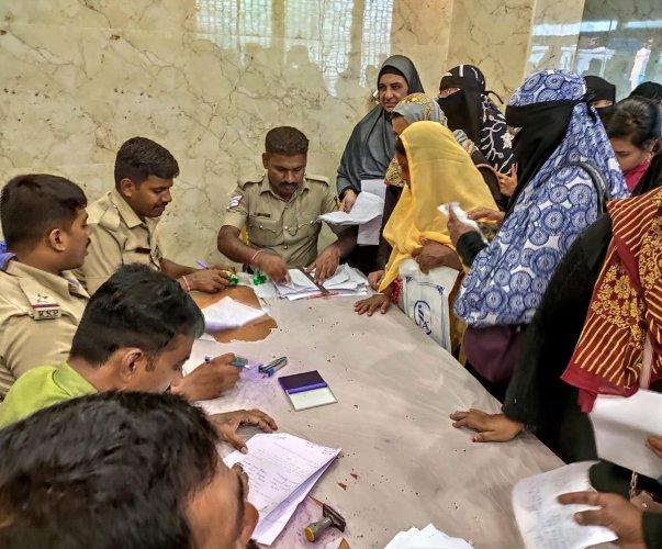 Investors file police complaints against the IMA Group at AJ Convention Hall in Shivajinagar, Bengaluru, on Tuesday. DH PHOTO/B H Shivakumar