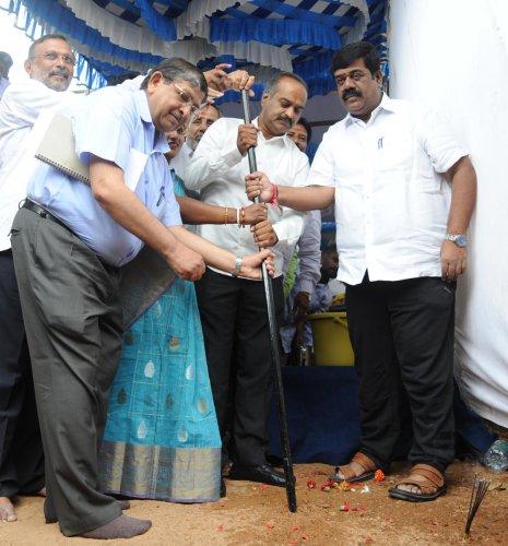 Bengaluru Central MP P C Mohan performs a groundbreaking ceremony for the Baiyappanahalli rail overbridge work on Thursday. DH photo/Pushkar V