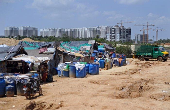 Shacks of migrant construction workers near Thubarahalli in Bengaluru. DH Photo/ Pushkar V