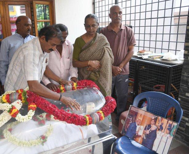 Karnataka Athletic Association secretary Rajveelu paying tribute Dronacharya awardee and Karnataka's oldest athletic coach N Lingappa who died in Bengaluru on Tuesday. (DH Photo)