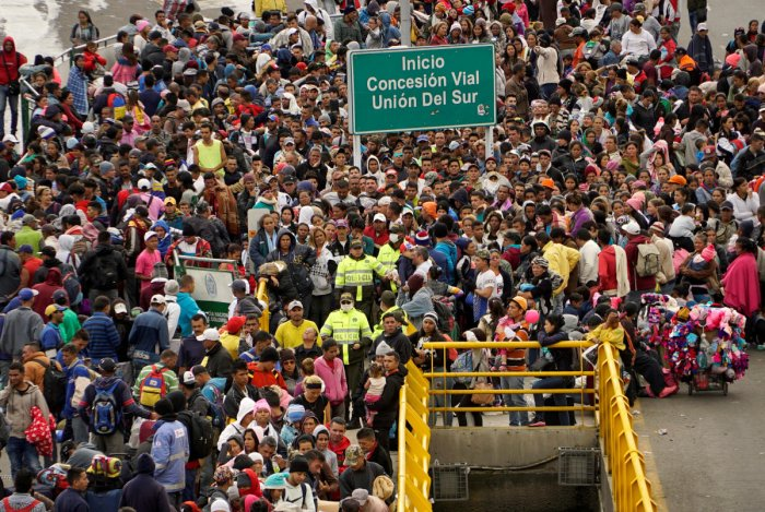 Venezuelans gather to cross into Ecuador from Colombia, most of them trying to reach Peru as one of the most welcoming destinations for migrants in South America, in Tulcan, Ecuador, June 15, 2019. (REUTERS File Photo)