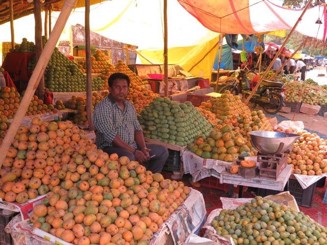 A mango stall at a wholesale market on Jayamahal Main Road. DH photo