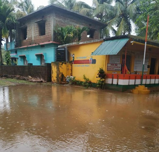 Heavy showers in the wee hours of Thursday leave the premises of Government Primary School at Makheri in Karwar taluk waterlogged. DH PHOTO