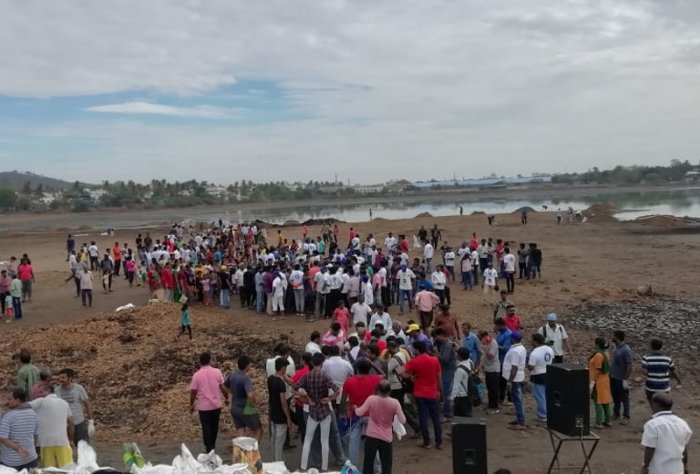Residents of Chitlapakkam in Chennai participating in the mega cleaning drive on Sunday. (DH Photo)