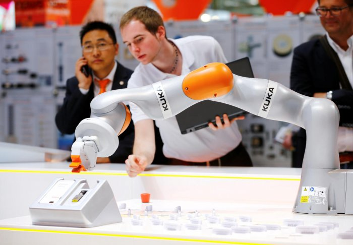 Scientists have used artificial intelligence to control a robotic arm that provides a more efficient way to pack boxes, saving businesses time and money. (Reuters Photo)