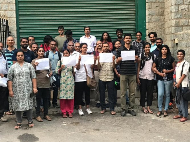 Citizens and volunteers from various citizens group conduct social impact assessment along the planned alignment of the elevated corridor in Bengaluru. DH PHOTO
