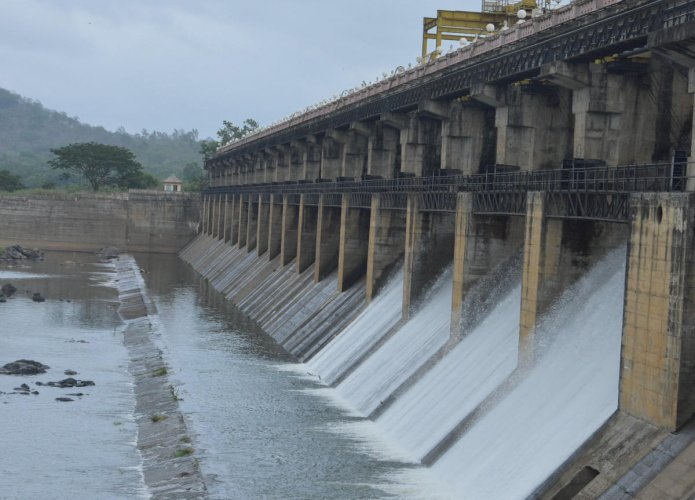 Water cascades down from the crest gates of Tunga dam in Gajanur district of Shivamogga on Monday. (Right) River Malaprabha in full flow near Baihongal of Belagavi district. DH Photos