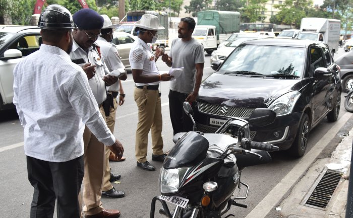 Bengaluru Traffic Police don't have enough men to monitor the 48,000 odd traffic junctions, say experts. DH PHOTO BY B K JANARDHAN
