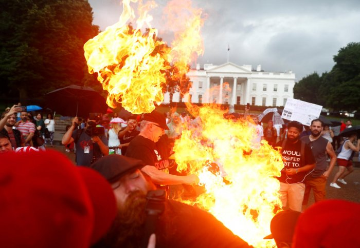 Demonstrators burn a national flag in front of the White House during a Fourth of July Independence Day protest in Washington, D.C. (Reuters Photo)