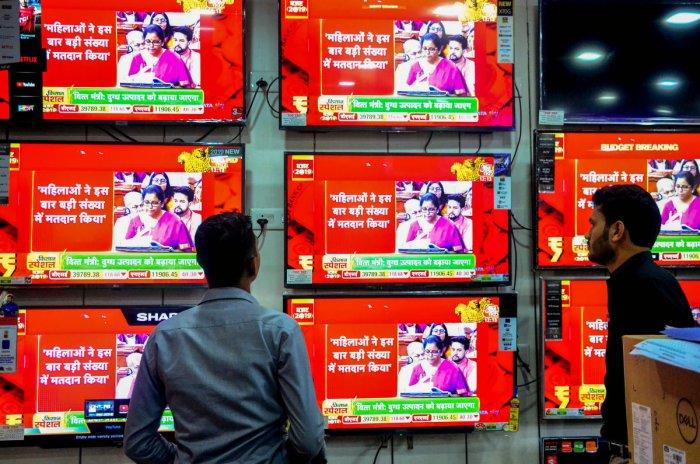 People watch Finance Minister Nirmala Sitharaman tabling Union Budget 2019-20, at Vashi in Navi Mumbai, Friday, July 5, 2019. (PTI Photo)