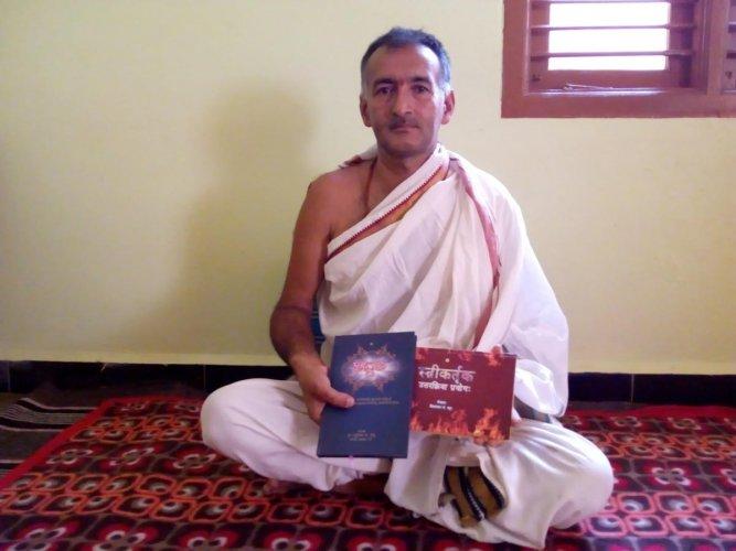 Vishwanath Bhat with his books Sadgati and Stree Kartruka Uttara Kriyaa Prayoga.