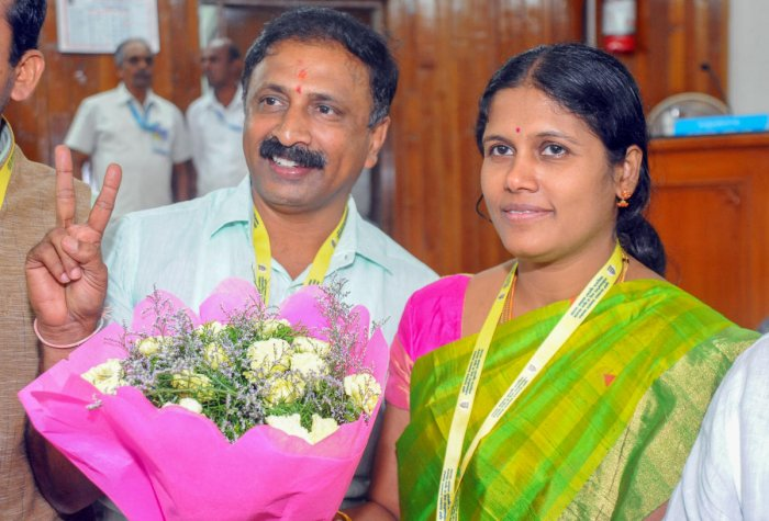 In the BBMP council, the mayor is from the Congress while the JD(S) candidate is the deputy mayor. This file picture shows Mayor Gangambike Mallikarjun with her deputy B Bhadre Gowda of the JD(S). DH FILE PHOTO