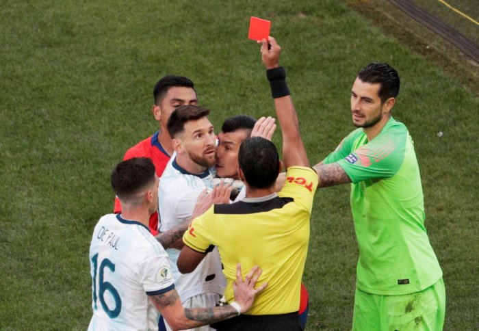 Soccer Football - Copa America Brazil 2019 - Third Place Play Off - Argentina v Chile - Arena Corinthians, Sao Paulo, Brazil - July 6, 2019 Chile's Gary Medel and Argentina's Lionel Messi are shown a red card by referee Mario Diaz de Vivar REUTERS/Ueslei