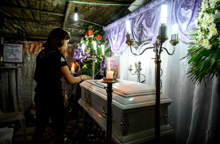 The mother views the coffin of her 3-year-old baby Kateleen Myca Ulpina, killed during a sting operation conducted by the police, is seen during her wake in Rodriguez, Rizal, east of Manila. (AFP Photo)