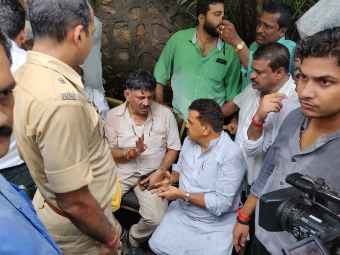 In what comes as a major embarrassment,  senior Congress leaders were missing for nearly two to three hours till Karnataka troubleshooter DK  Shivakumar held the fort for three hours alone outside the Renaissance Hotel at Powai in Mumbai braving intermittent rains. DH photo
