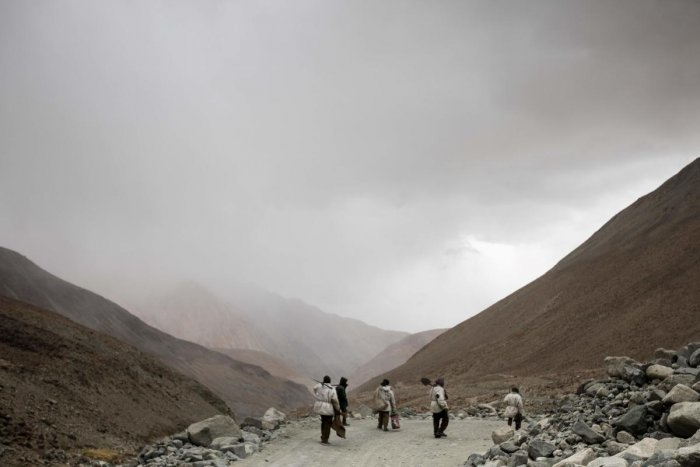 Road maintenance workers from India's low-lying eastern Jharkhand state head back to their campsite following a day's work along Pangong Lake road near the Chang La pass in northern India's Ladakh region of Jammu and Kashmir state. (AFP Photo)