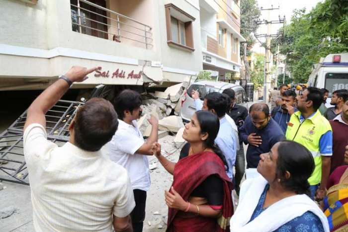 Mayor of Bengaluru Gangambike Mallikarjun visited the tragic site in the morning and told media persons that once the rescue operations end, the entire structure will be razed by the officials of BBMP Technical wing. (DH Photo)