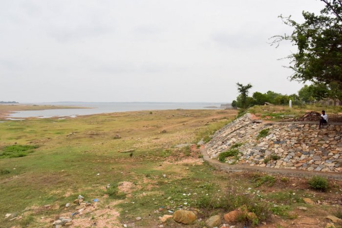 Water level is decreasing, as there is no rain, at KRS dam, in Mandya District. Photo/ B H Shivakumar, in Mandya District. DH Photo/ B H Shivakumar