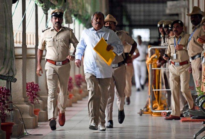 KR Puram MLA Byrathi Basavaraj sprints on the Vidhana Soudha corridor to submit his resignation to the Speaker on Thursday. DH photo/Krishnakumar P S