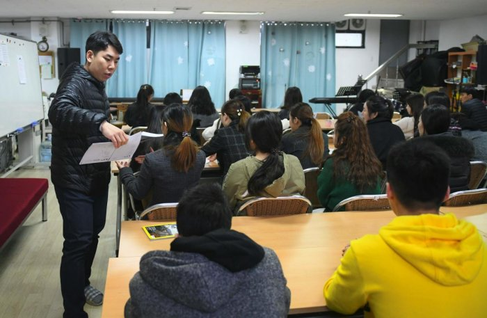 Students studying in a lesson at Wooridul School in Seoul, an educational haven for North Korean defectors too old to go to appropriate state schools. (AFP Photo)