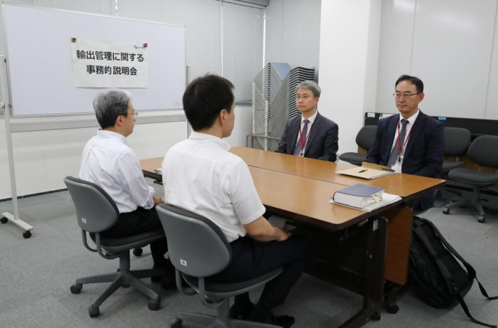 Working level officials from Japan (L) and South Korea hold a meeting about Japan's recent restrictions on exports of high-tech material to South Korea in Tokyo, Japan. (Reuters Photo)