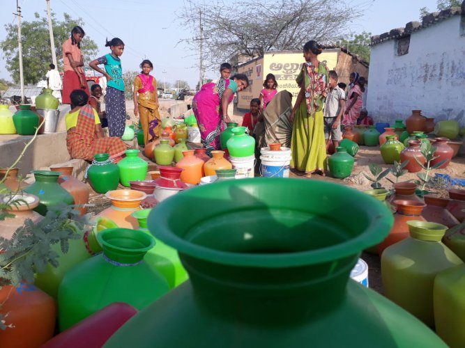 People waiting for their turn to fetch water in Tuntapura village in Raichur district. DH photo /Anitha Pailoor