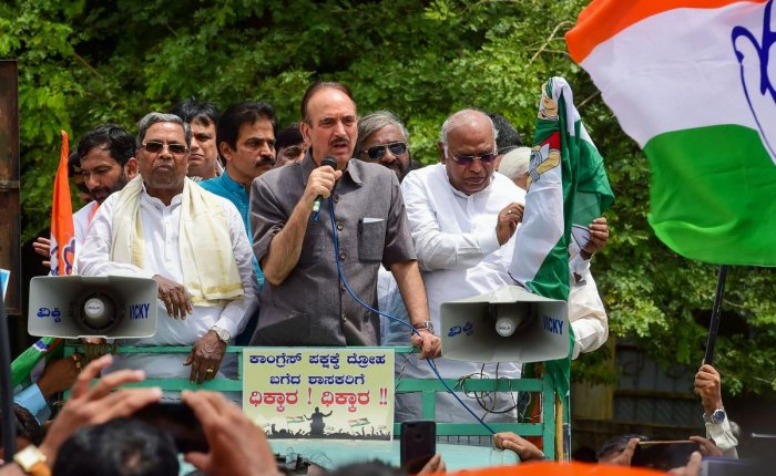 Bengaluru: Senior Congress leaders Ghulam Nabi Azad, Mallikarjun Kharge, KC Venugopal, Siddaramaiah with others during a protest against BJP leaders for alleged horse trading of Congress MLAs, in Bengaluru, Wednesday, July 10, 2019. (PTI Photo/Shailendra