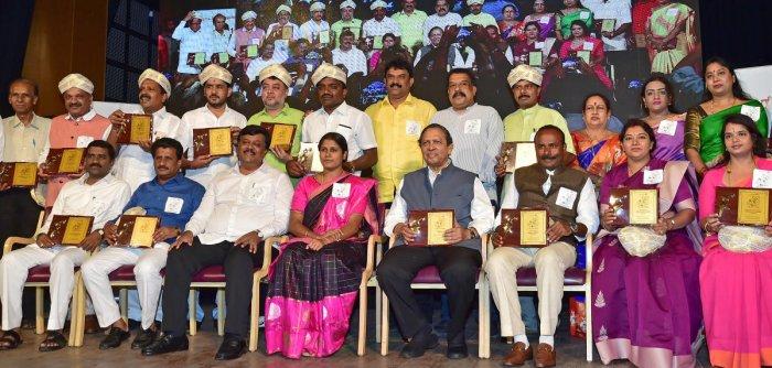 The winners of 'Corporator 1 Namma Samiti Puraskaara' awards instituted by Citizens For Bengaluru on Sunday. Former Lokayukta Justice (retd) N Santosh Hegde and Mayor Mallikarjun are seen. DH PHOTO/RANJU P