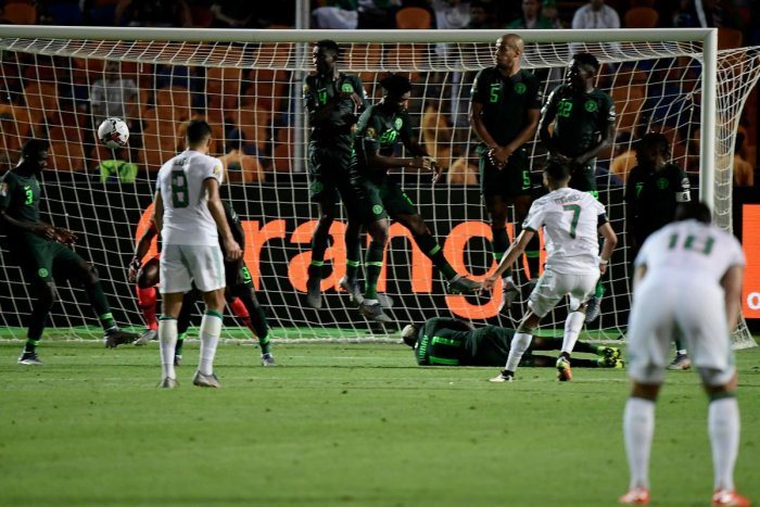 Algeria's forward Riyad Mahrez (R) scores from a free-kick during the 2019 Africa Cup of Nations (CAN) Semi-final between Algeria and Nigeria at the Cairo International stadium (AFP Photo)