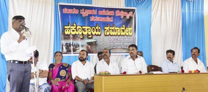Dr Mallikarjuna Manpade, Karnataka Alemari, Are Alemari Mattu Vimukta Budakattugala Yuvajana Okkoota state president, speaks at a convention in Mangaluru.