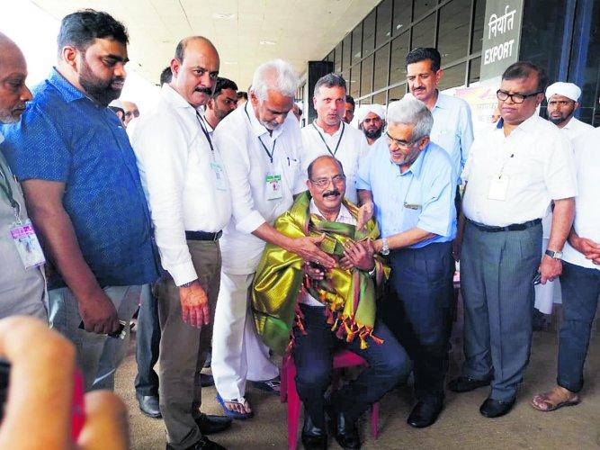 Haj Camp Organising Committee chairman Y Mohammed Kunhi felicitates Karnataka State Minorities Commission chairman GABawa, who visited the Ansar school at Bajpe, Mangaluru, on Tuesday.