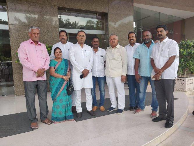Ramalinga Reddy and KPCC president Dinesh Gundu Rao with independent corporators.