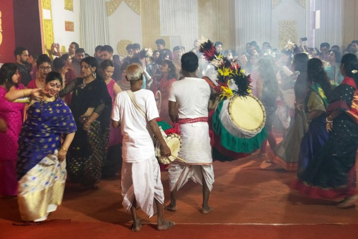 Bengalis celebrate Durga Puja at a pandal in New Thippasandra on Thursday. DH photo/Grace Hauck